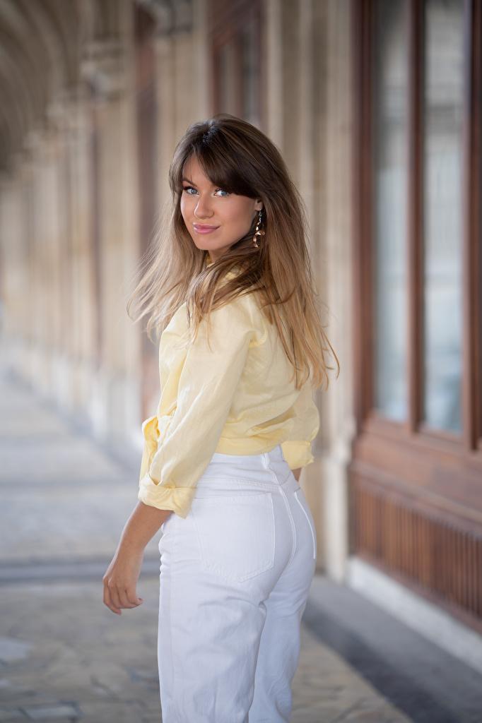 Картинки Улыбка Alina позирует рубашки Девушки штаны Взгляд  для мобильного телефона улыбается Поза рубашке Рубашка девушка молодая женщина молодые женщины Брюки смотрит смотрят