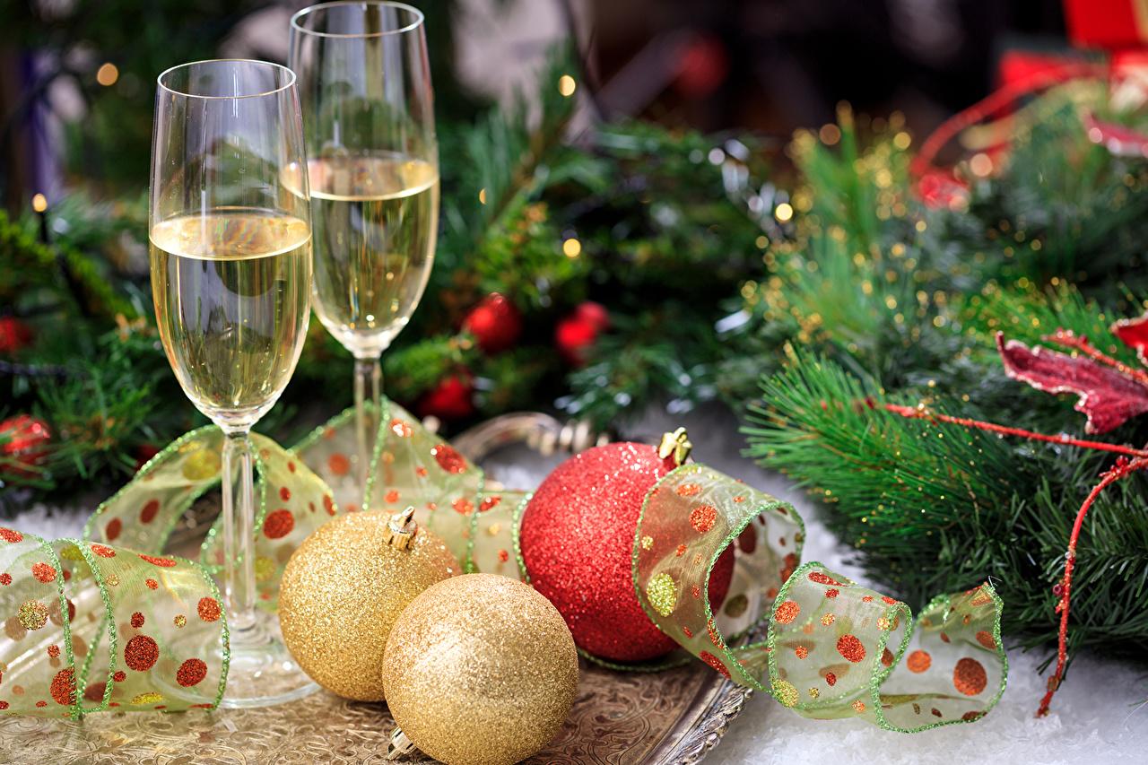 Фотография Новый год две Игристое вино Шар Пища Ветки Бокалы ленточка Праздники Рождество 2 два Двое вдвоем Шампанское Еда Лента бокал ветка ветвь Шарики на ветке Продукты питания