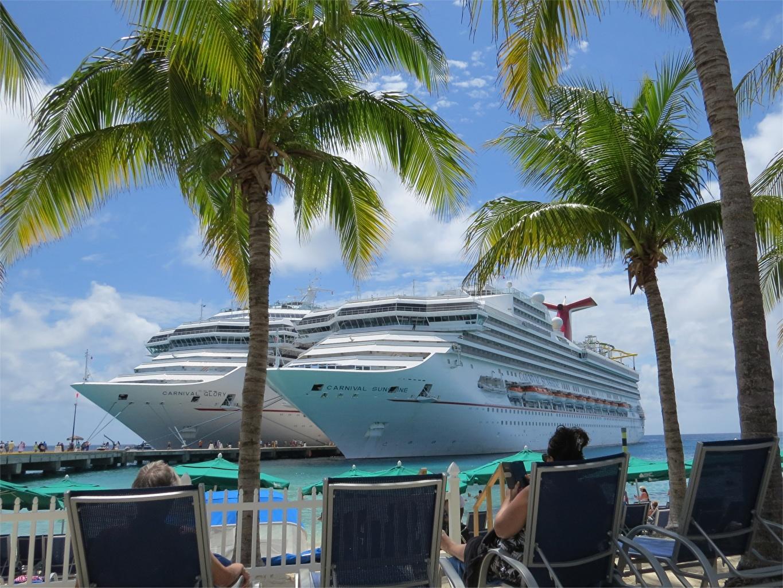 Обои для рабочего стола Круизный лайнер Курорты Bahamas, Carnival Glory, Carnival Sunshine 2 Пальмы Остров корабль Причалы Шезлонг два две Двое вдвоем пальм пальма Корабли Пирсы Лежаки Пристань