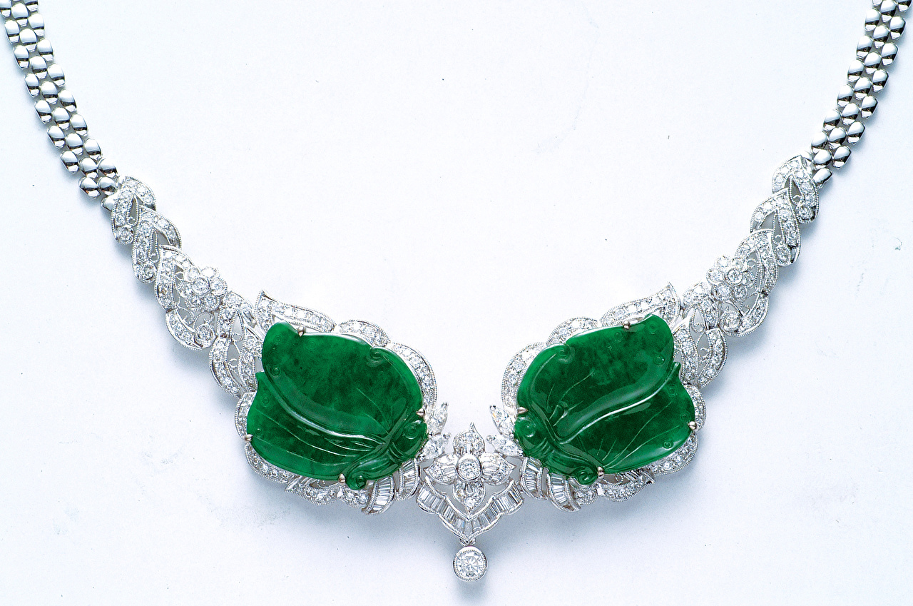 Обои для рабочего стола зеленая белым фоном Ожерелье Украшения зеленых зеленые Зеленый Белый фон белом фоне ожерелья ожерельем