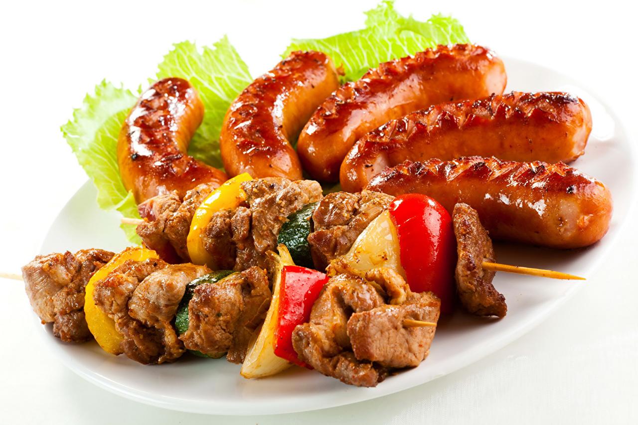 Фото Шашлык Сосиска Пища Овощи Белый фон Мясные продукты Еда Продукты питания белом фоне белым фоном