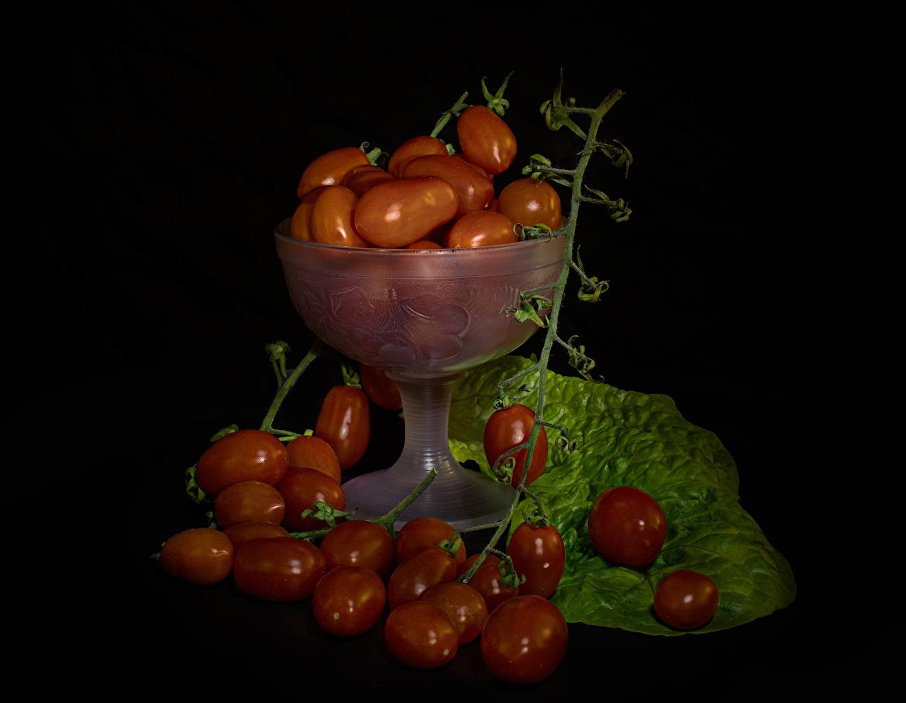 Фотография Томаты Еда ветка на черном фоне Помидоры Пища ветвь Ветки на ветке Продукты питания Черный фон