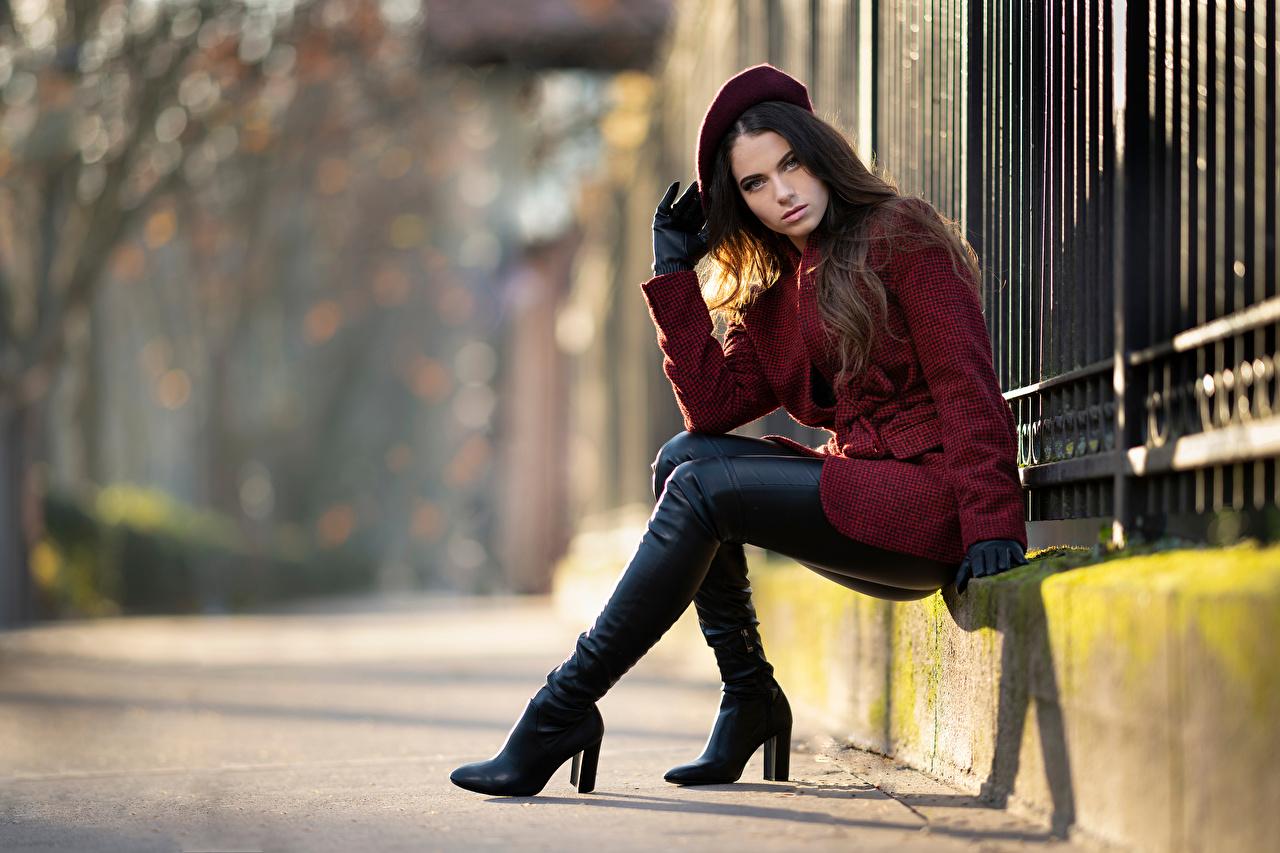 Обои для рабочего стола Перчатки сапогов Ambre Берет Пальто Девушки сидя смотрят перчатках сапог Сапоги сапогах девушка молодая женщина молодые женщины Сидит сидящие Взгляд смотрит