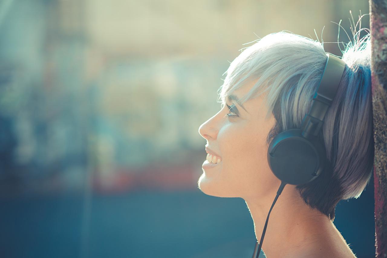 Обои для рабочего стола Наушники улыбается Музыка Девушки головы в наушниках Улыбка девушка молодые женщины молодая женщина Голова