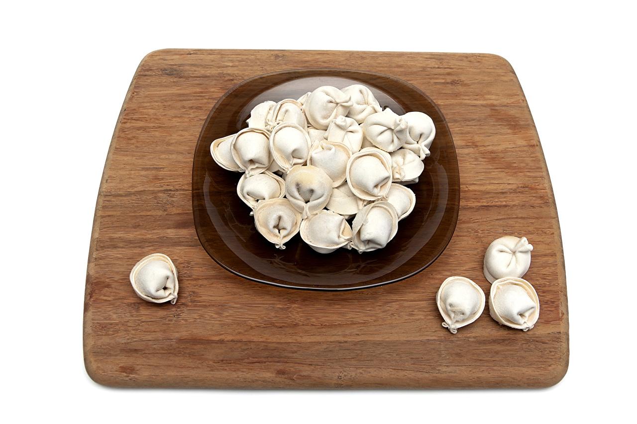 Картинка Пельмени Пища Тарелка разделочной доске белым фоном Еда тарелке Продукты питания Разделочная доска Белый фон белом фоне