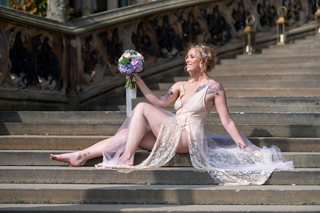 Обои для рабочего стола Блондинка улыбается Sarah букет лестницы молодые женщины Ноги Сидит платья блондинки блондинок Улыбка Букеты девушка Девушки Лестница молодая женщина ног сидя сидящие Платье