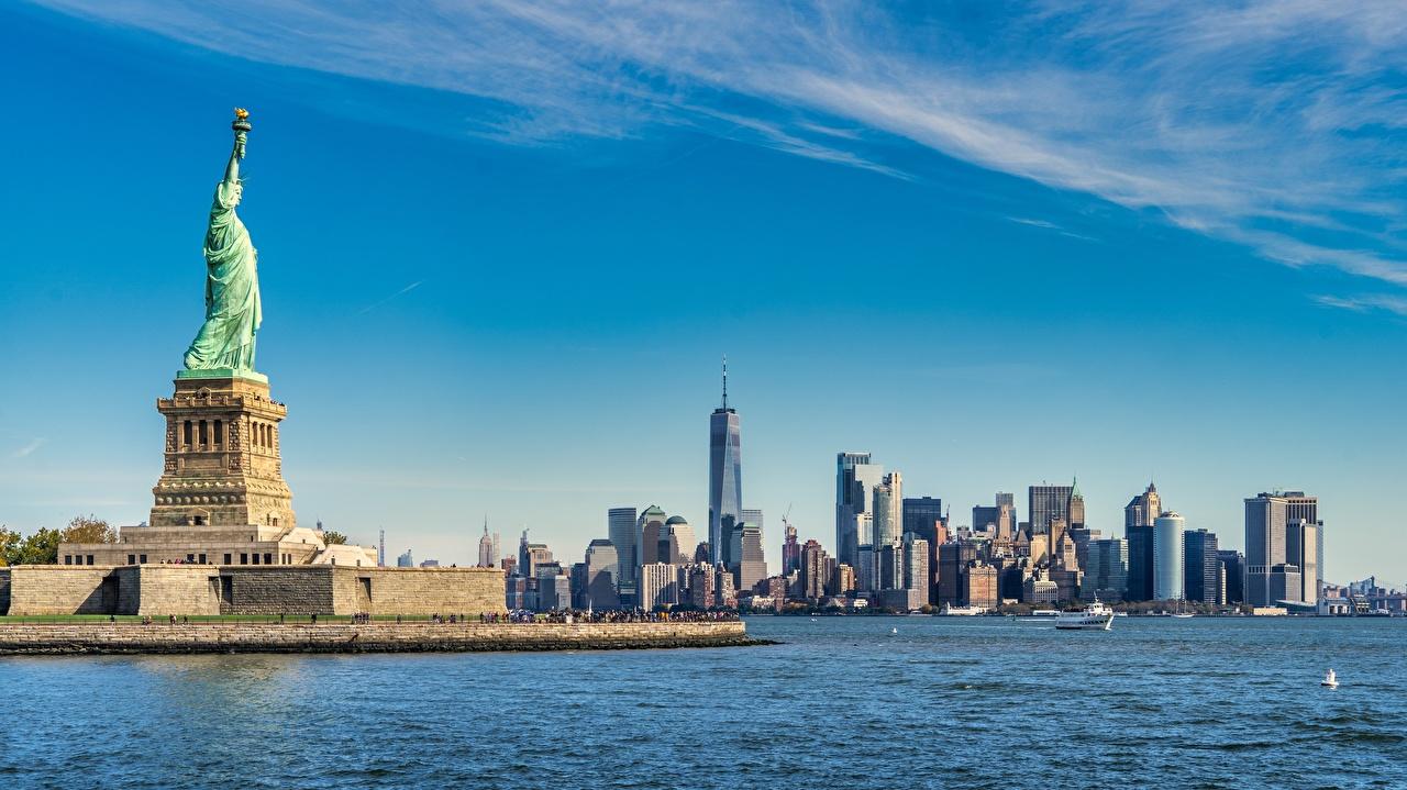 Обои для рабочего стола Статуя свободы Нью-Йорк Манхэттен США island Freedom, Upper new York Bay Остров Небоскребы город штаты америка Города