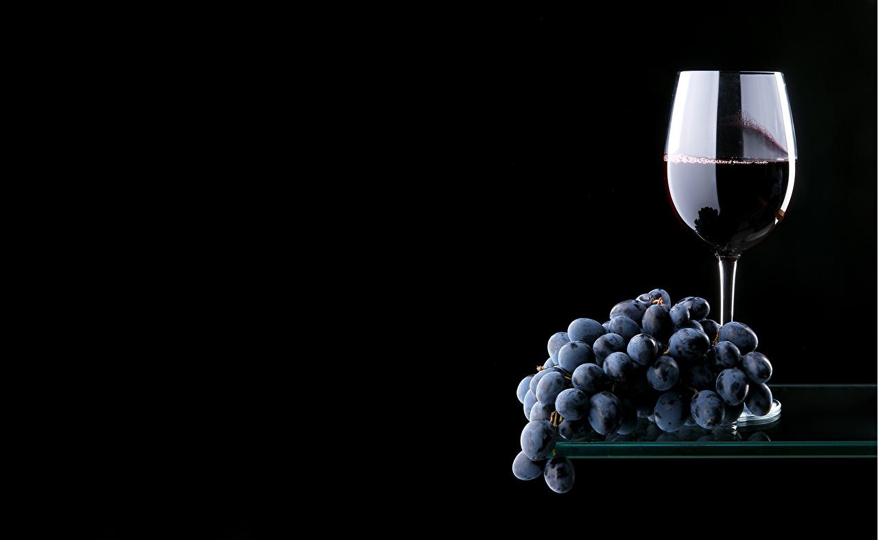 Фото Вино Виноград бокал Продукты питания Черный фон Еда Пища Бокалы на черном фоне