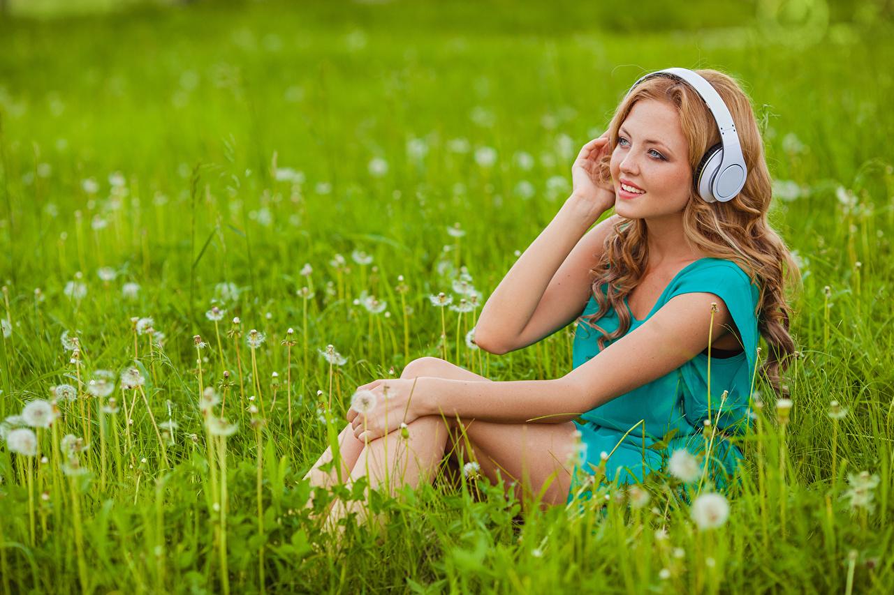 Обои для рабочего стола Шатенка Наушники молодая женщина Руки Трава Сбоку Сидит шатенки в наушниках девушка Девушки молодые женщины сидя рука траве сидящие