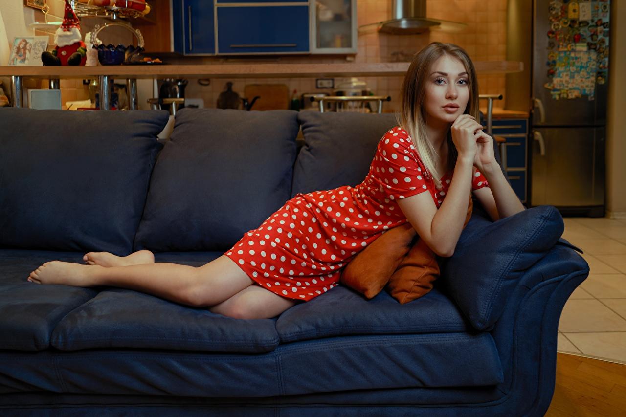 Картинки лежа Andrey Filonenko молодая женщина рука Диван Взгляд Платье Лежит лежат лежачие девушка Девушки молодые женщины Руки диване смотрят смотрит платья