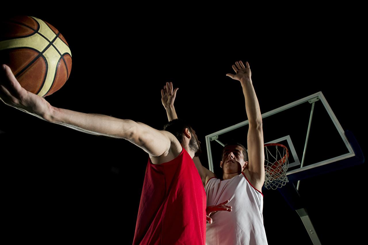 Обои для рабочего стола мужчина Двое Баскетбол спортивная Мяч Руки Мужчины 2 два две Спорт вдвоем спортивный спортивные рука Мячик
