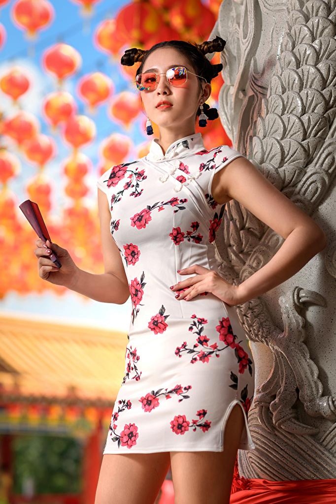 Фото Веер Поза прически молодая женщина азиатка Очки платья  для мобильного телефона позирует Причёска девушка Девушки молодые женщины Азиаты азиатки очков очках Платье