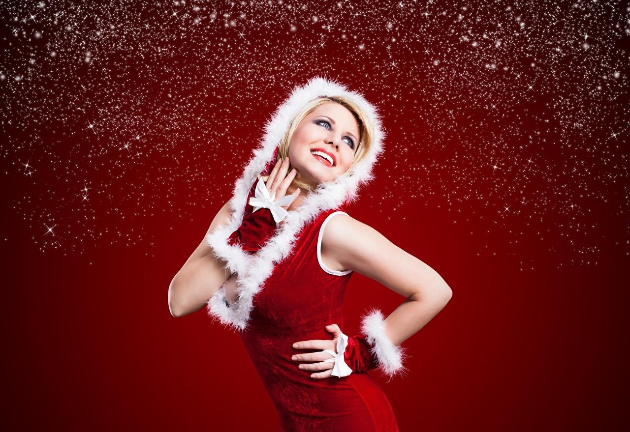 Фото Рождество улыбается позирует молодая женщина рука капюшоне красном фоне Новый год Улыбка Поза девушка Девушки молодые женщины Руки Капюшон капюшоном Красный фон