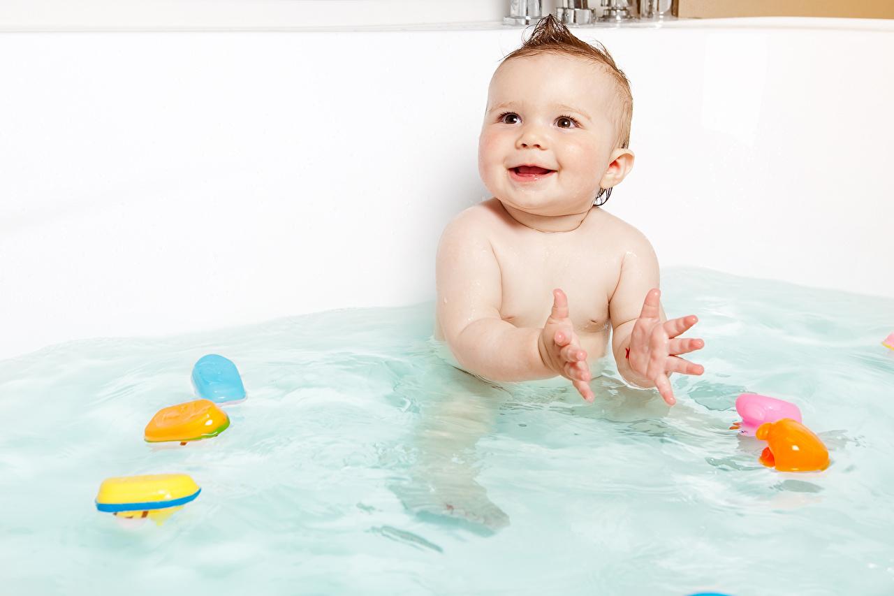Картинка младенца ребёнок Вода смотрит Младенцы младенец грудной ребёнок Дети Взгляд смотрят