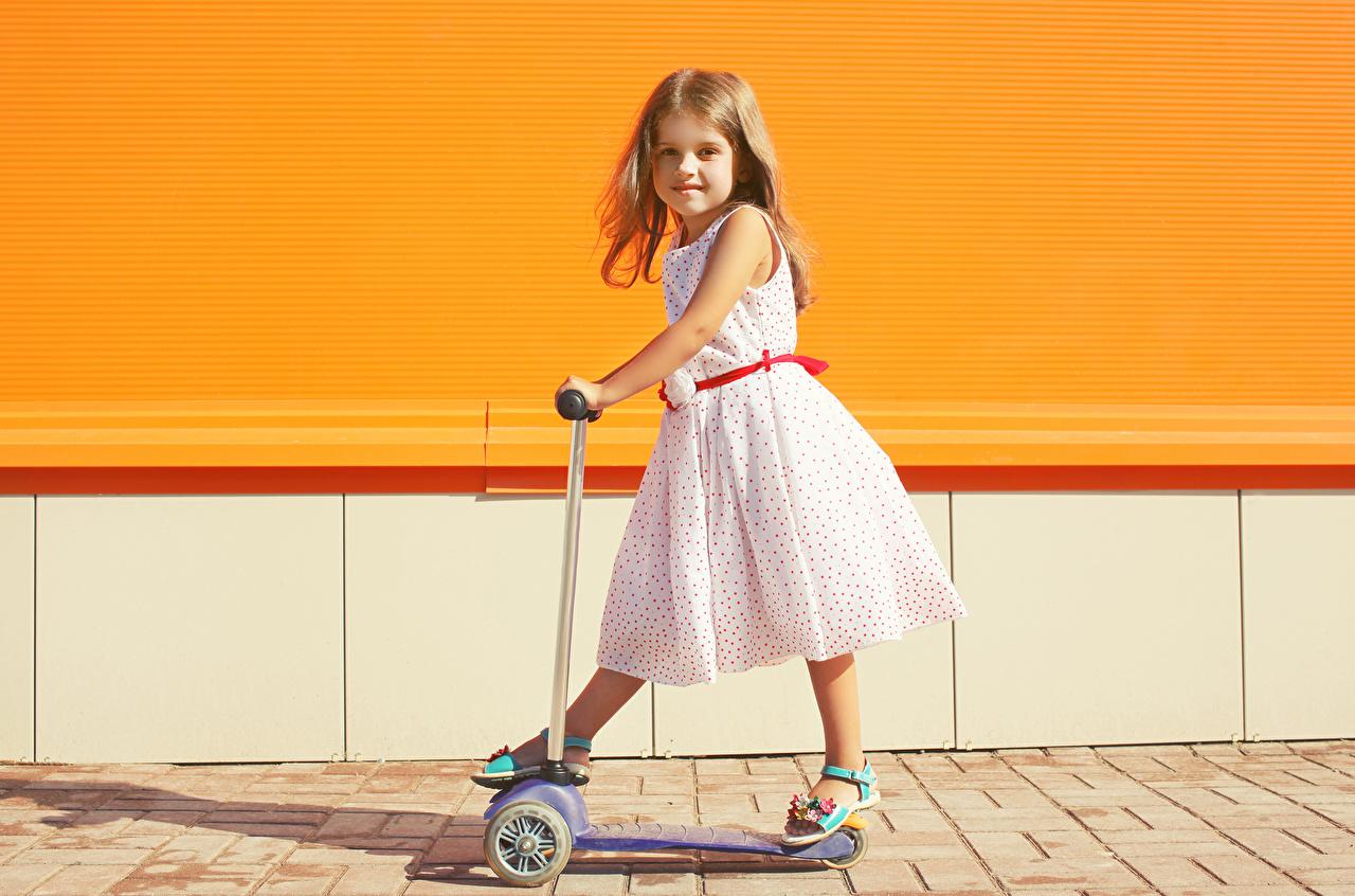 Картинки девочка ребёнок Взгляд платья Девочки Дети смотрят смотрит Платье