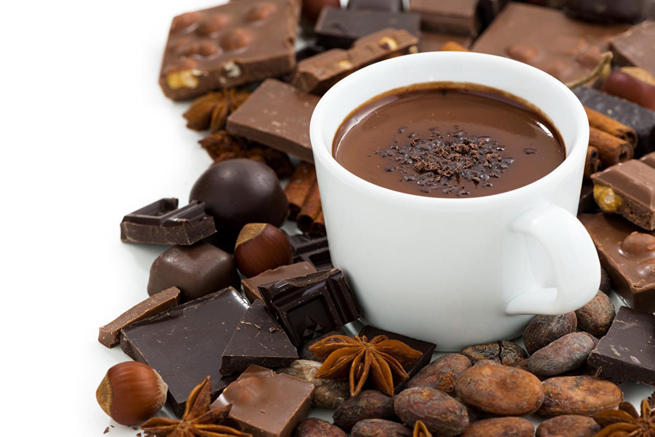 Фото Шоколад Горячий шоколад Бадьян звезда аниса Еда чашке Орехи белом фоне Какао напиток Пища Чашка Продукты питания Белый фон белым фоном