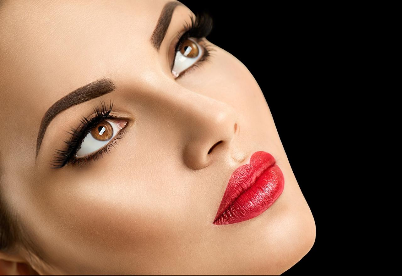Фотография Модель Макияж Красивые лица Девушки Взгляд Черный фон красными губами фотомодель мейкап косметика на лице красивый красивая Лицо девушка молодые женщины молодая женщина смотрят смотрит Красные губы на черном фоне