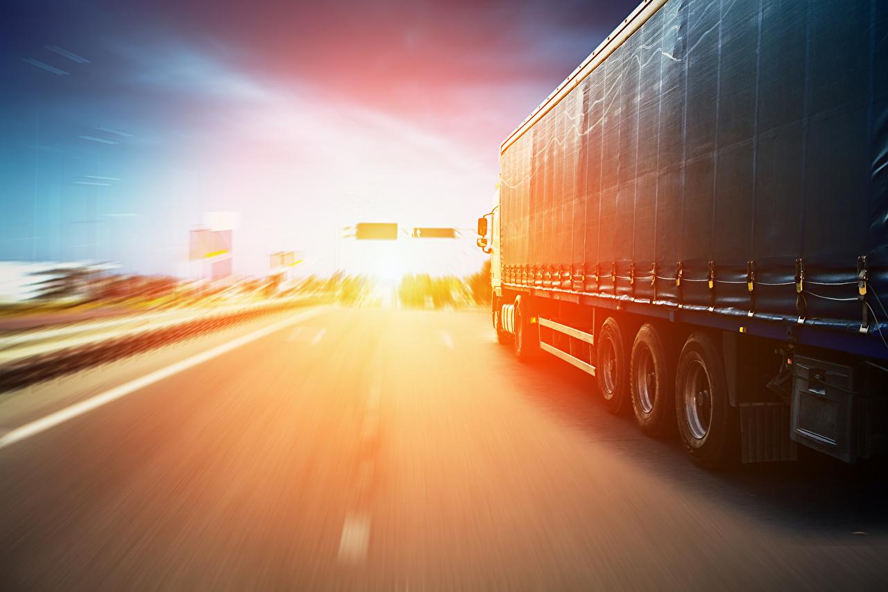 Фотографии Грузовики Движение машины едет едущий едущая скорость авто машина Автомобили автомобиль