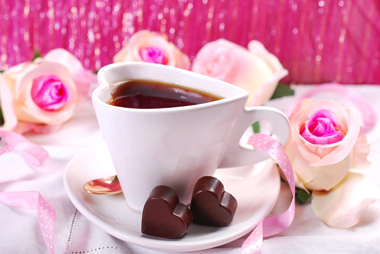 Фотографии День святого Валентина сердечко Шоколад Чай Розы Пища Чашка День всех влюблённых Сердце Еда Продукты питания