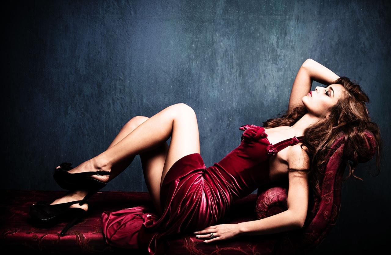 Картинки Шатенка Лежит девушка ног рука Сбоку Платье туфлях шатенки лежа лежат лежачие Девушки молодая женщина молодые женщины Ноги Руки платья Туфли туфель