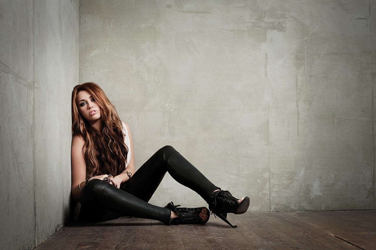 Картинки шатенки девушка ног сидя Стена туфлях Шатенка Девушки молодая женщина молодые женщины Ноги стене стены Сидит стенка сидящие Туфли туфель