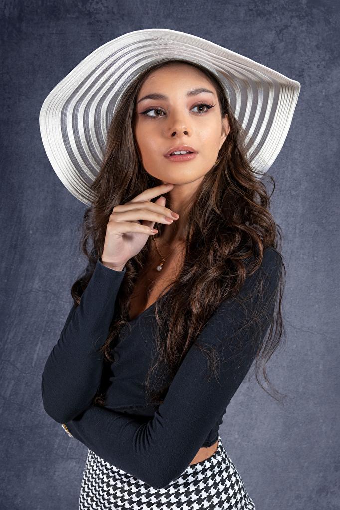 Картинка фотомодель Elle Поза шляпы молодые женщины смотрит  для мобильного телефона Модель позирует Шляпа шляпе девушка Девушки молодая женщина Взгляд смотрят