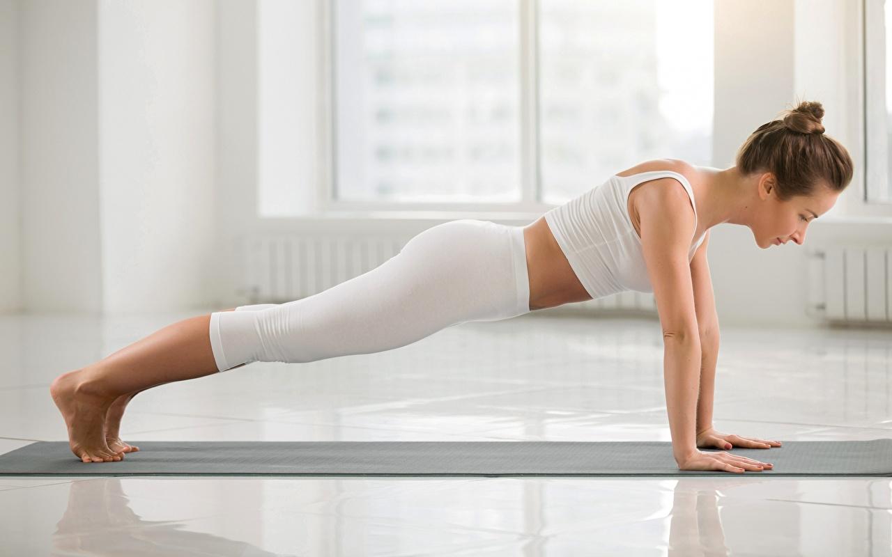 Картинка молодые женщины Отжимание Йога Фитнес спортивная Планка упражнение Сбоку девушка Девушки молодая женщина отжимается отжимаются йогой Спорт спортивные спортивный