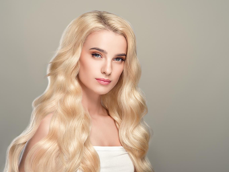 Обои Блондинка Волосы Девушки Взгляд Серый фон смотрит