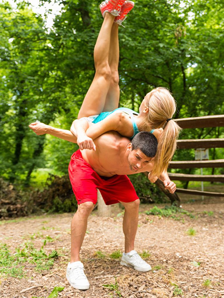 Картинки Блондинка Мужчины Физические упражнения 2 Спорт Девушки Гимнастика Тренировка Двое вдвоем