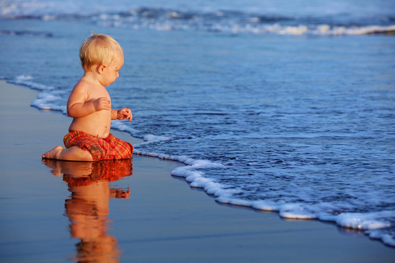 Фотография мальчик Младенцы Дети Волны берег Мальчики младенца младенец мальчишки мальчишка грудной ребёнок ребёнок Побережье
