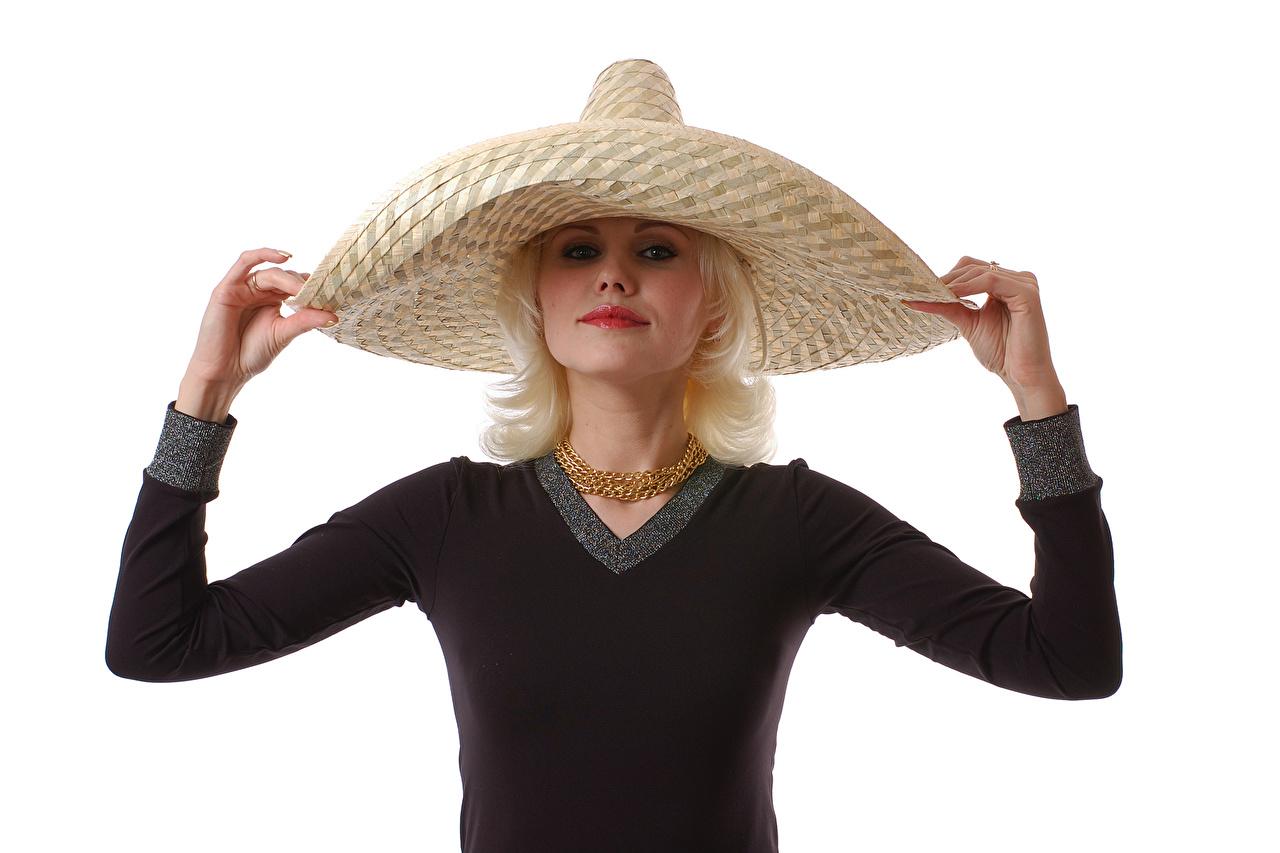 Фотография блондинок шляпы Девушки рука Взгляд белым фоном Украшения блондинки Блондинка Шляпа шляпе девушка молодая женщина молодые женщины Руки смотрит смотрят Белый фон белом фоне