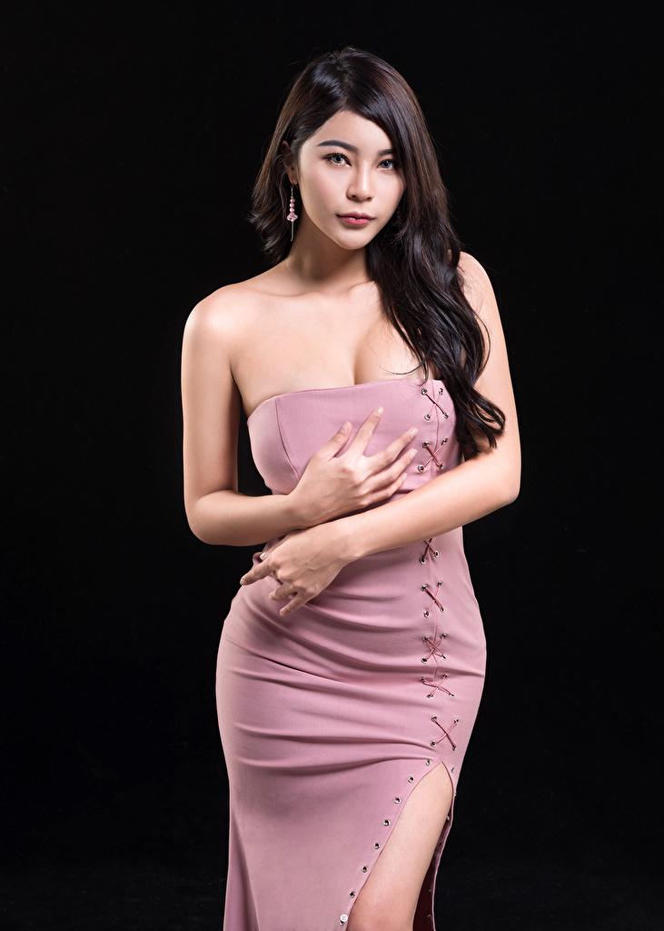Фотография молодая женщина азиатки Руки смотрит на черном фоне Платье  для мобильного телефона девушка Девушки молодые женщины Азиаты азиатка рука Взгляд смотрят Черный фон платья