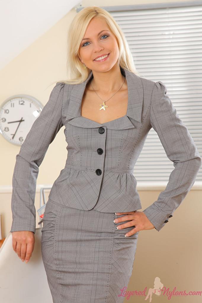 Обои для рабочего стола Jenni Gregg Блондинка Улыбка молодая женщина рука костюме Взгляд  для мобильного телефона Дженни Грегг блондинок блондинки улыбается девушка Девушки молодые женщины Руки Костюм костюма классический костюм смотрят смотрит