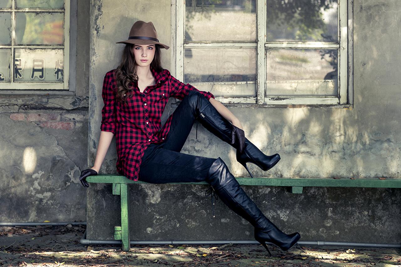 Фото сапогов Шляпа Рубашка молодая женщина Ноги Руки Скамья сидящие сапог Сапоги сапогах шляпы шляпе рубашке рубашки девушка Девушки молодые женщины ног сидя рука Сидит Скамейка