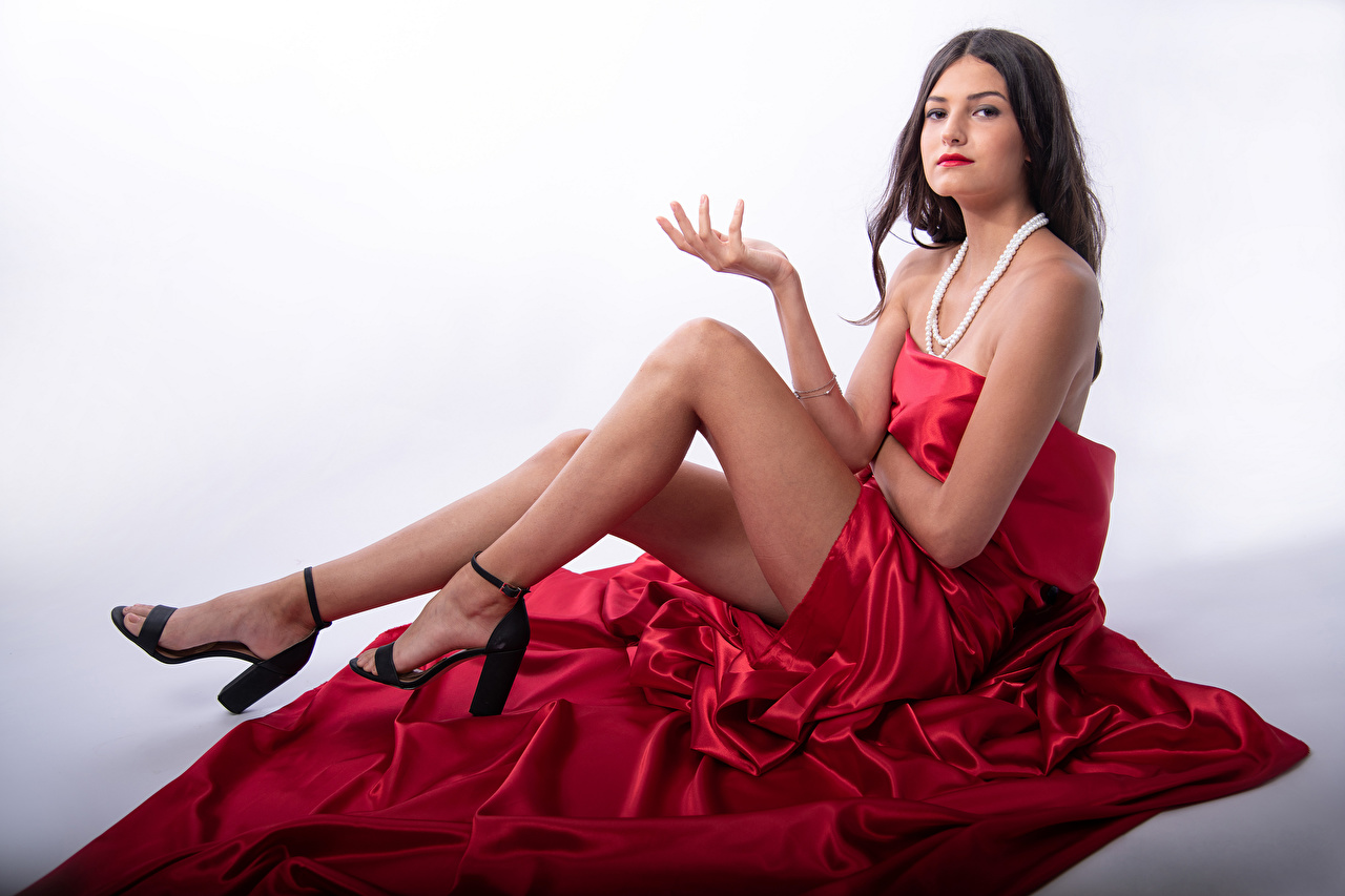 Картинка фотомодель Eve Yargeau Поза молодые женщины ног сидящие Взгляд Модель позирует девушка Девушки молодая женщина Ноги сидя Сидит смотрит смотрят