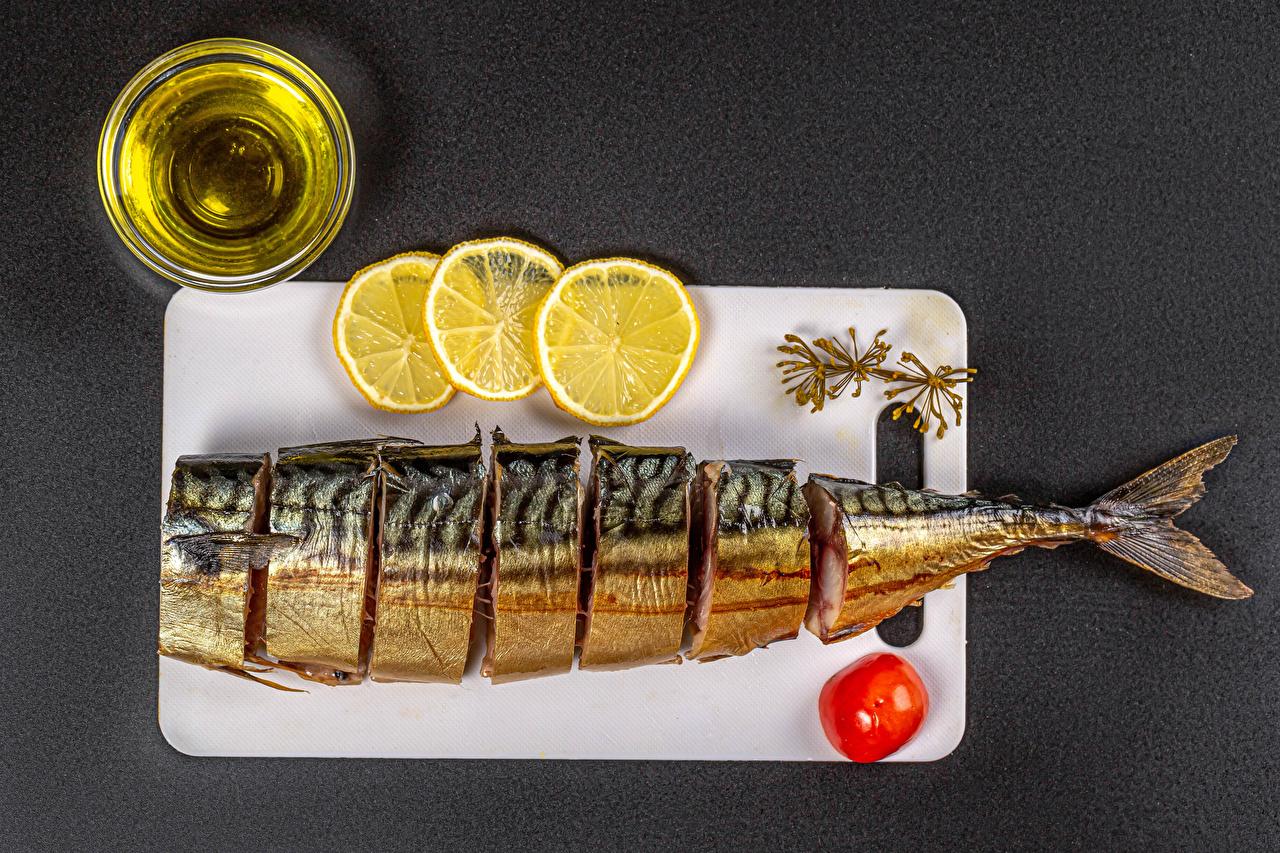 Картинки масла Томаты Рыба Лимоны Пища разделочной доске сером фоне Масло Помидоры Еда Продукты питания Разделочная доска Серый фон