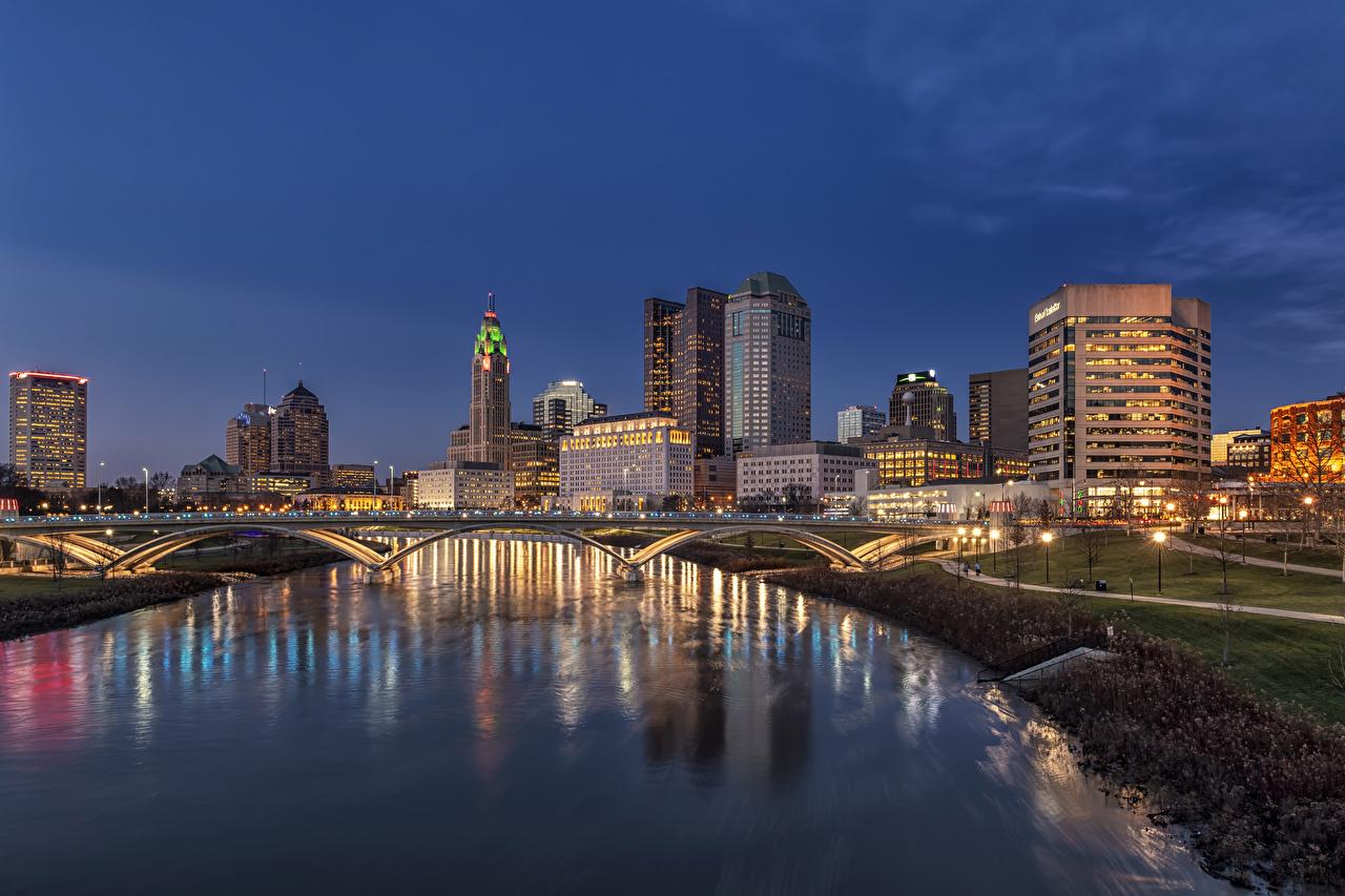 Обои для рабочего стола США Columbus Ohio мост речка Вечер Уличные фонари город Здания штаты америка Мосты река Реки Дома Города