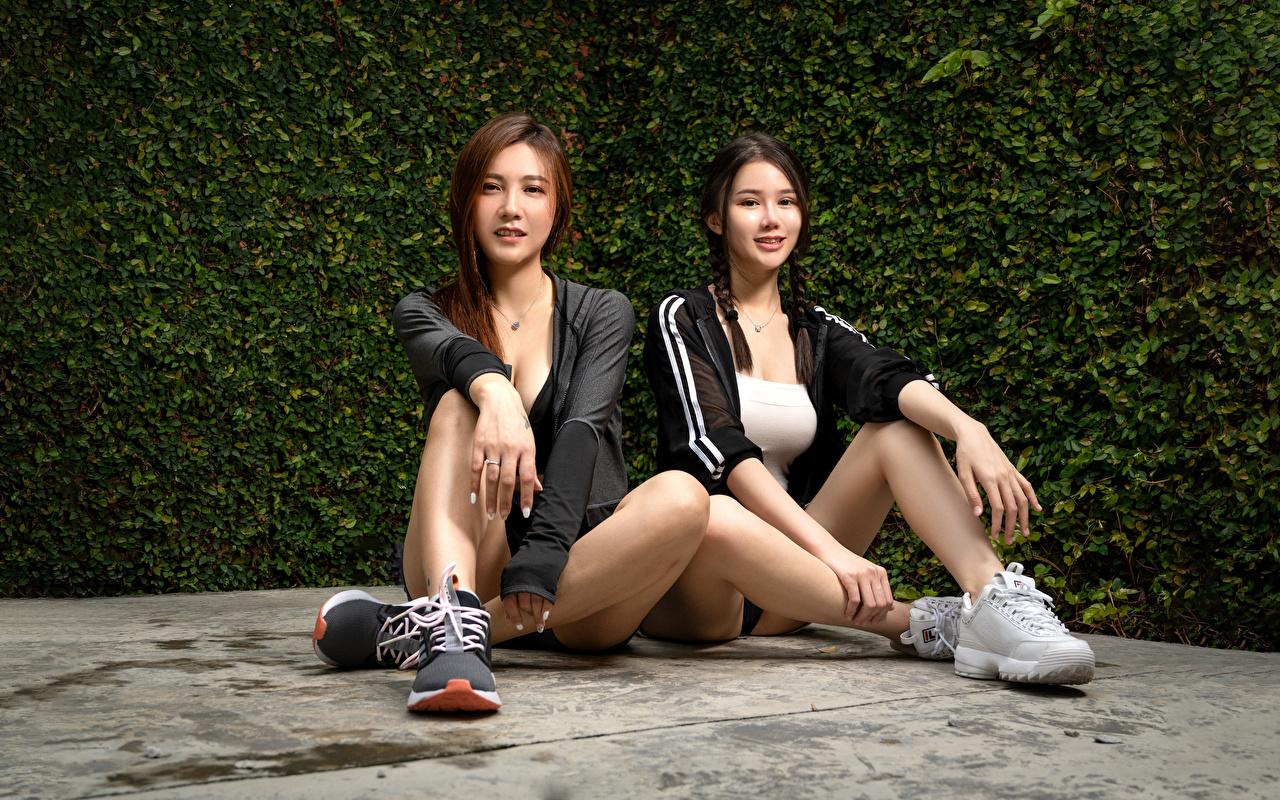 Фото косы красивый 2 молодые женщины Ноги азиатки Сидит Взгляд Коса косички красивая Красивые два две Двое вдвоем девушка Девушки молодая женщина ног Азиаты азиатка сидя сидящие смотрит смотрят