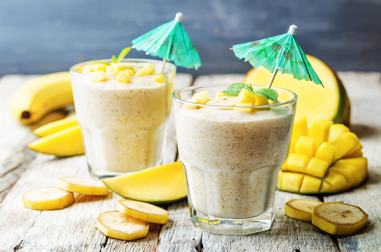 Обои для рабочего стола Двое Стакан Бананы Еда зонтом Фрукты Коктейль 2 два две вдвоем стакана стакане Зонт Пища зонтик Продукты питания