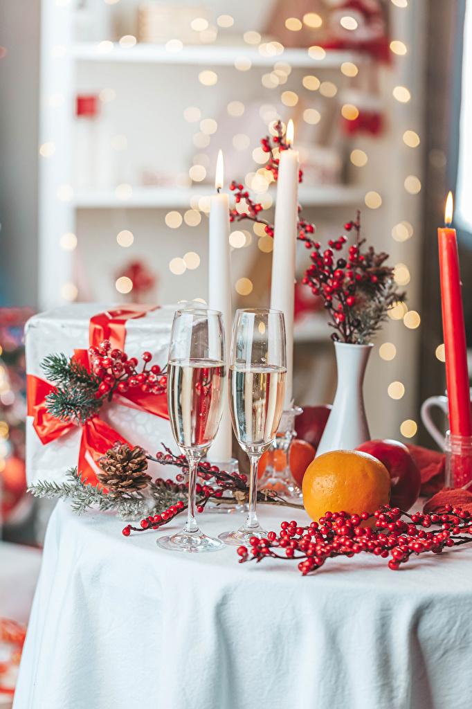 Фотографии Рождество Двое Апельсин Шампанское подарков Еда Ягоды Свечи бокал ветка  для мобильного телефона Новый год 2 два две вдвоем Игристое вино подарок Подарки Пища ветвь Ветки Бокалы на ветке Продукты питания