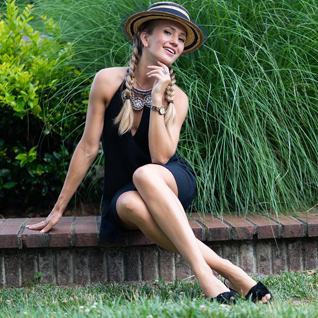 Картинка Olga Clevenger косички фотомодель Улыбка Шляпа Девушки ног Сидит смотрят Платье косы Коса Модель улыбается шляпы шляпе девушка молодая женщина молодые женщины Ноги сидя сидящие Взгляд смотрит платья