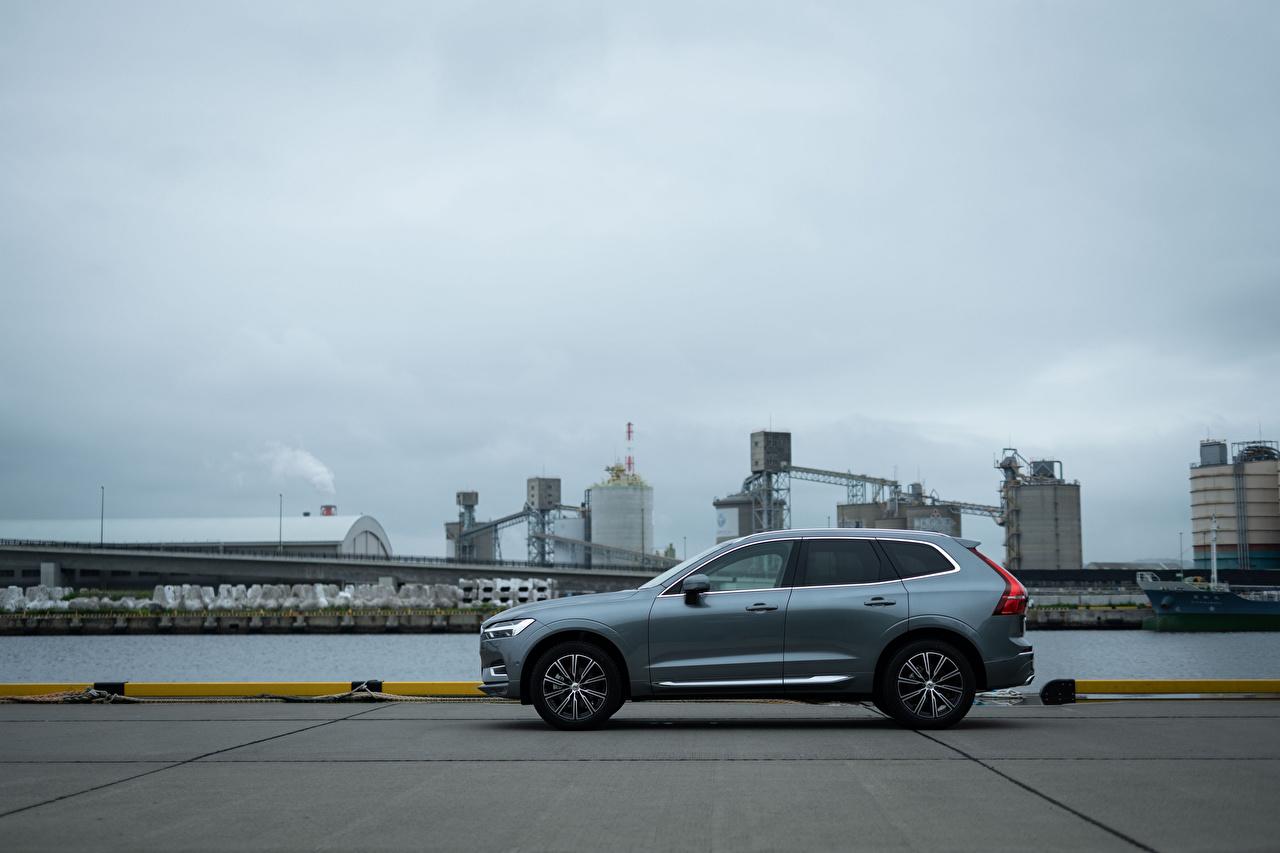 Фотографии Вольво Кроссовер XC60 B5 Inscription JP-spec, 2019 серая Сбоку Металлик автомобиль Volvo CUV Серый серые авто машины машина Автомобили