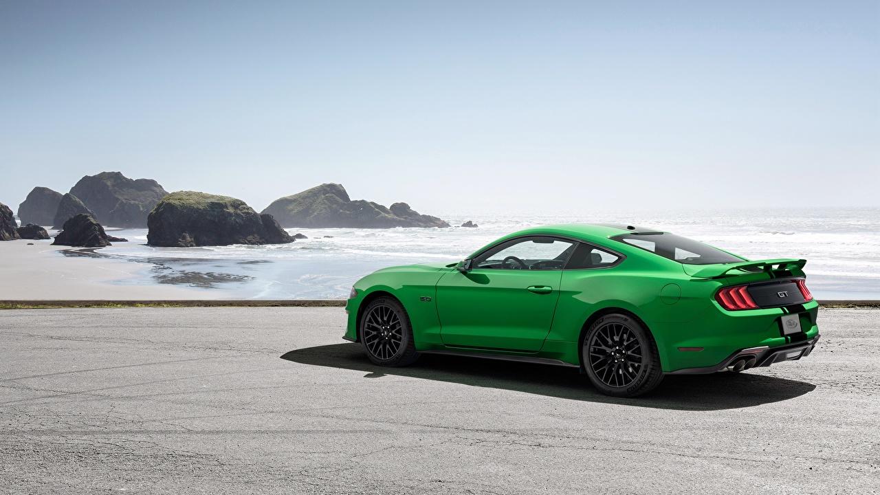 Картинки Форд 2018 Fastback Mustang GT зеленых Сбоку автомобиль Ford Зеленый зеленые зеленая авто машина машины Автомобили