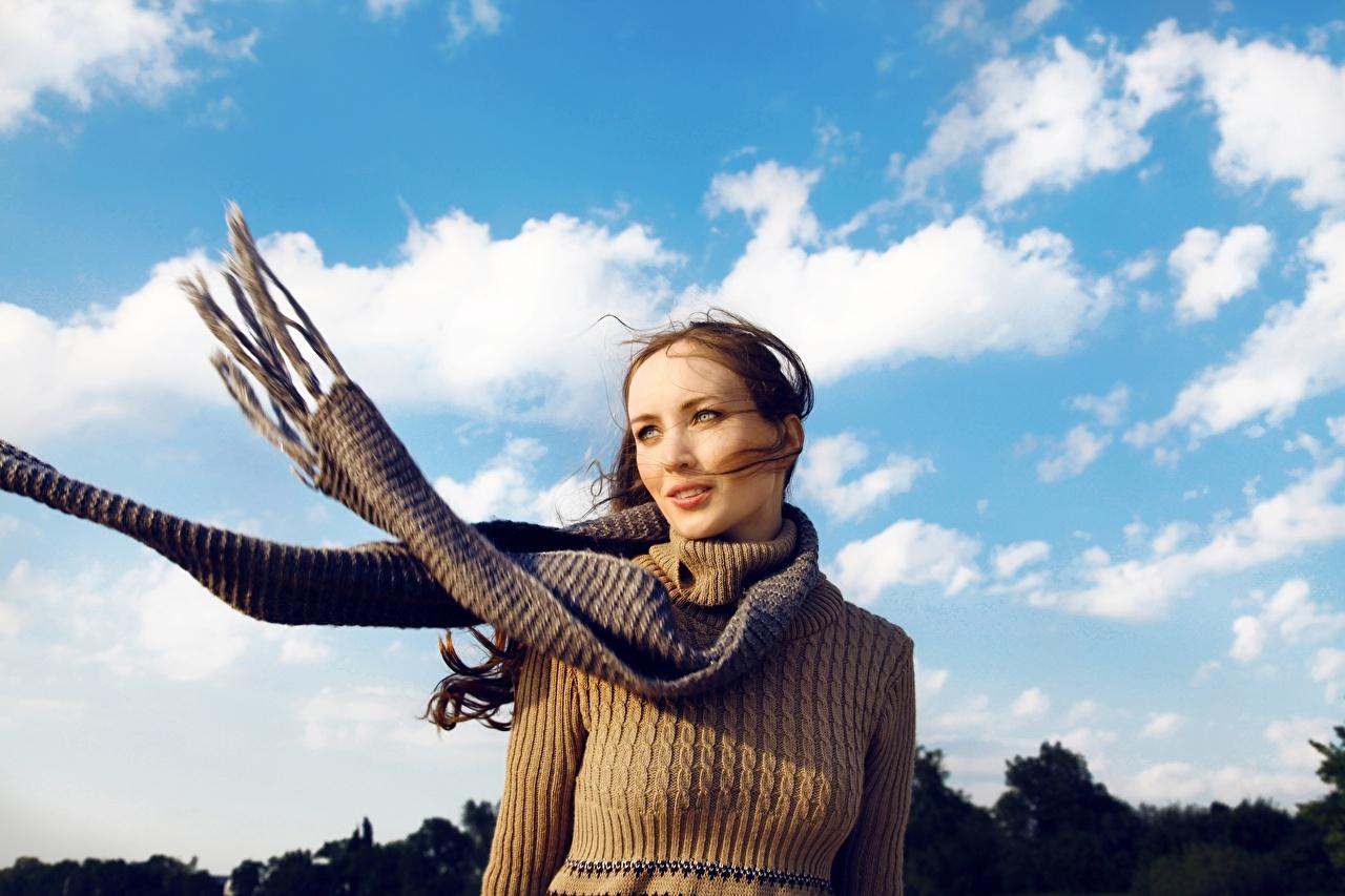 Картинка Шатенка Шарф Ветер молодые женщины Небо свитера шатенки шарфе шарфом ветром ветрено девушка Девушки молодая женщина Свитер свитере
