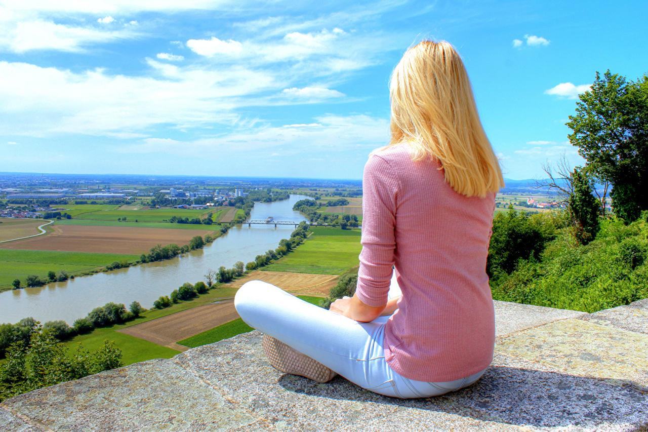 Фото Поза лотоса Германия Блондинка девушка Природа Поля Свитер джинсов речка Сидит блондинки блондинок Девушки молодая женщина молодые женщины Джинсы свитере свитера Реки река сидя сидящие
