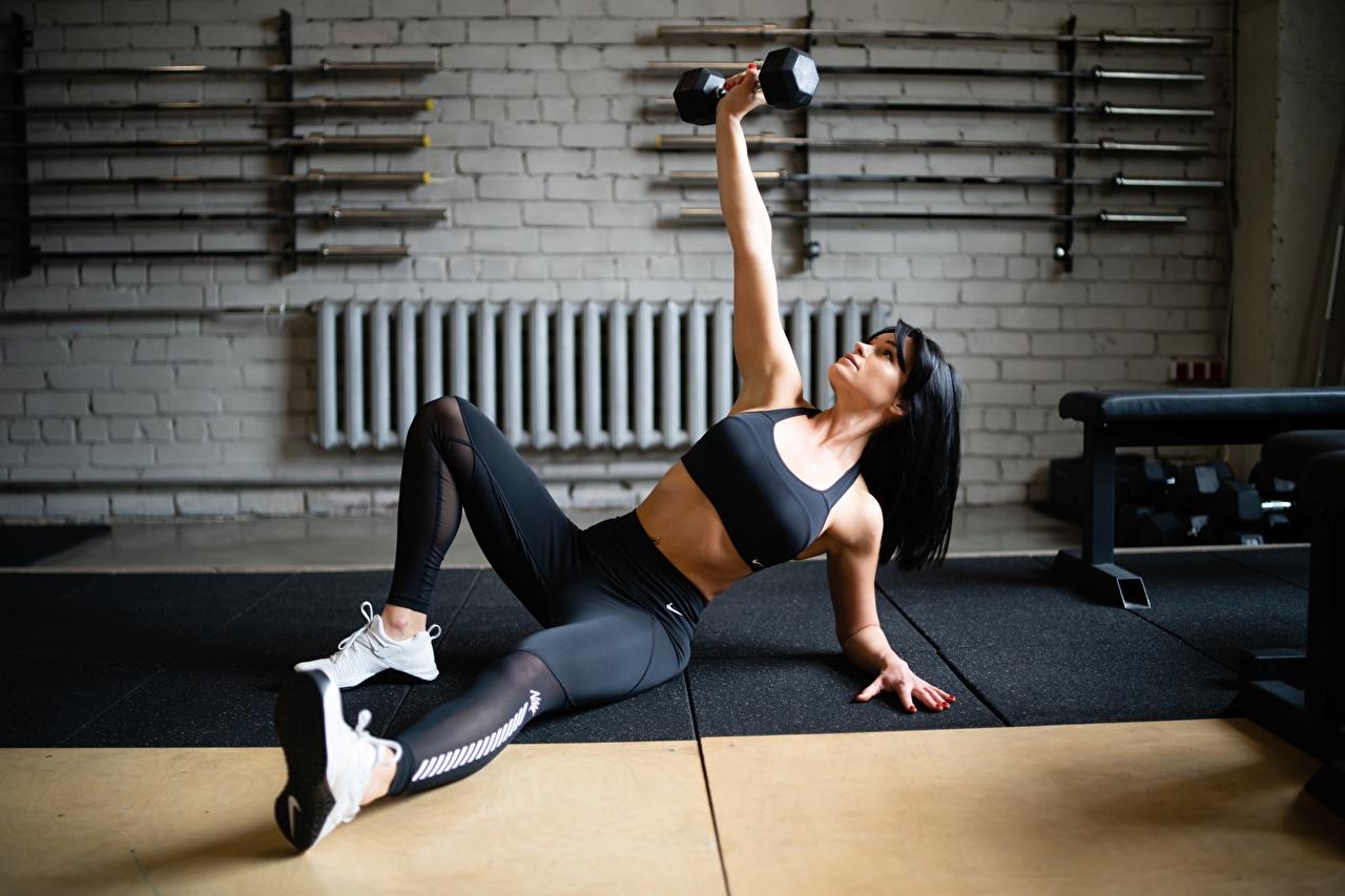 Обои для рабочего стола молодые женщины Тренировка Фитнес Поза Спорт Гантели Кроссовки ног Руки девушка Девушки молодая женщина тренируется физическое упражнение гантеля гантель позирует гантелей гантелями спортивный спортивная кроссовках спортивные Ноги рука