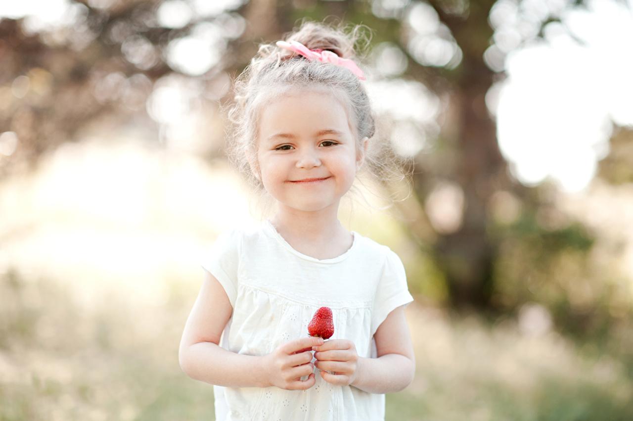 Фотография девочка Улыбка Дети Клубника Девочки улыбается ребёнок