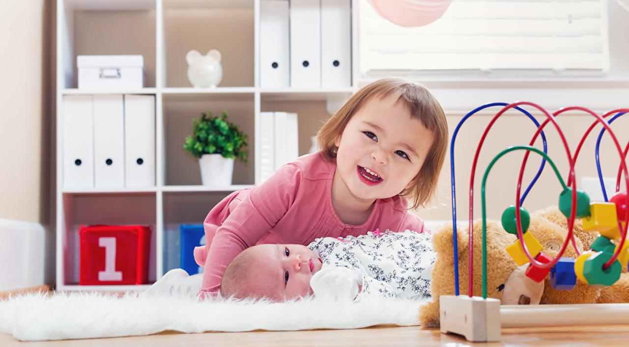 Фото девочка младенца Улыбка лежа ребёнок два Игрушки Девочки Младенцы младенец грудной ребёнок улыбается Лежит лежат лежачие Дети 2 две Двое вдвоем игрушка