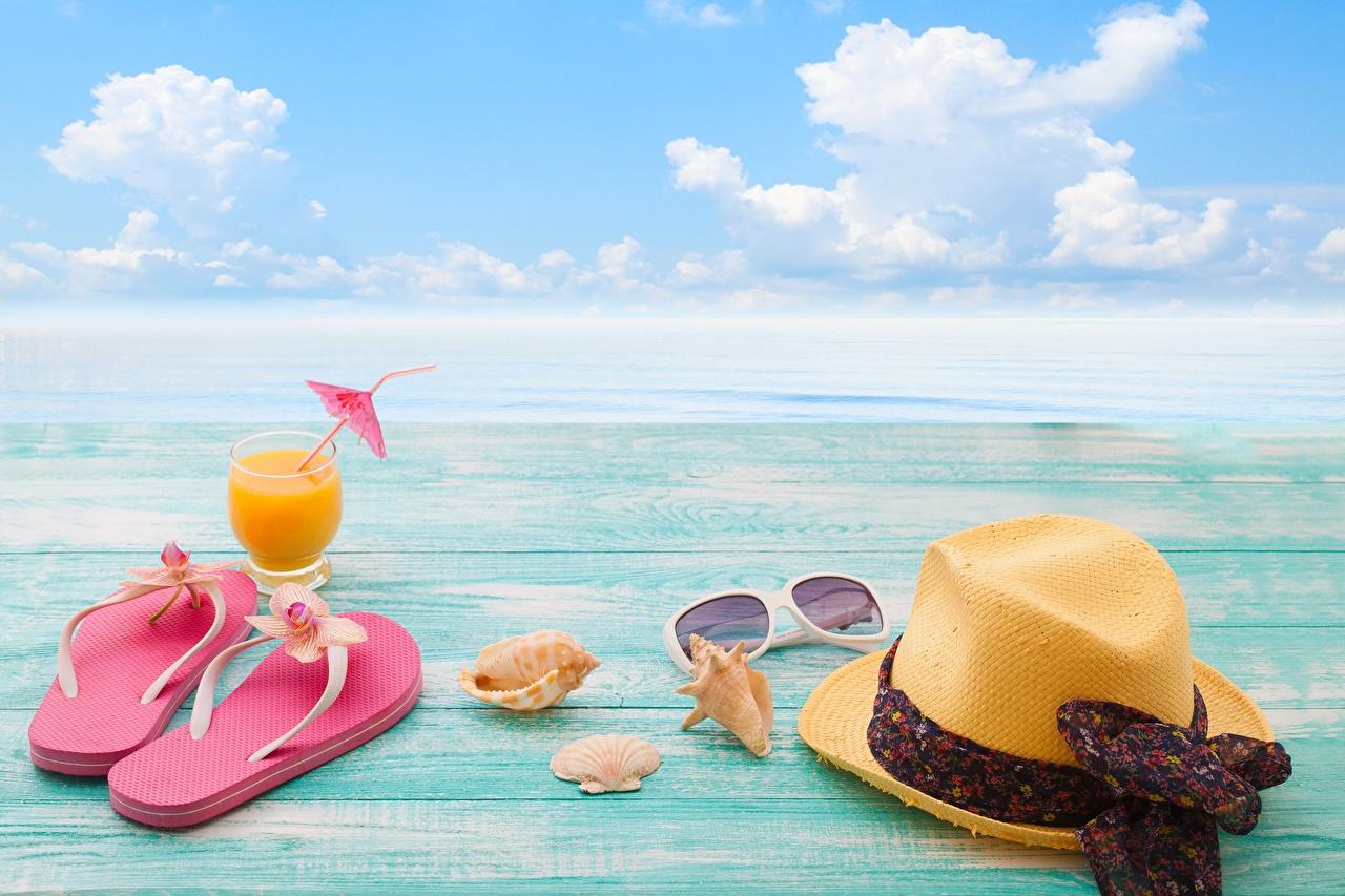 Обои для рабочего стола сланцы Море Лето шляпы Природа отдыхает Небо Ракушки Очки шлепки Вьетнамки Отдых шляпе Шляпа релакс очках очков