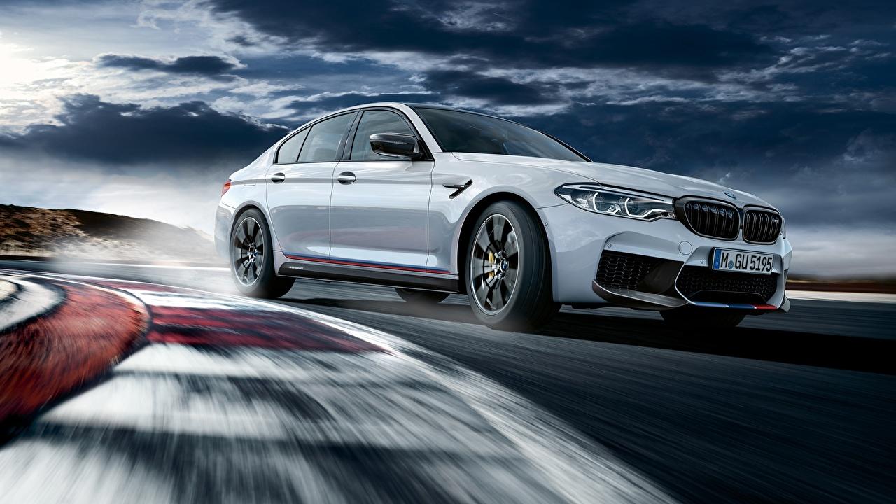 Фотография BMW M5 M Performance 2018 Белый едущий машины БМВ белая белые белых едет едущая Движение скорость авто машина Автомобили автомобиль